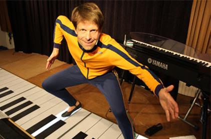 Henning Kothe mit dem größten Piano der Welt